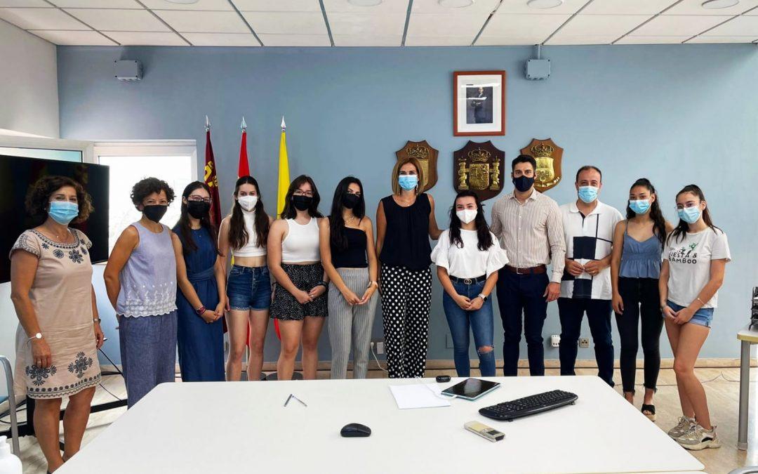 Alumnas del Bachillerato de Investigación presentan en el Ayuntamiento su proyecto de salud medioambiental